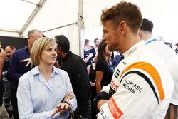 Susie Wolff discute avec Jenson Button, McLaren