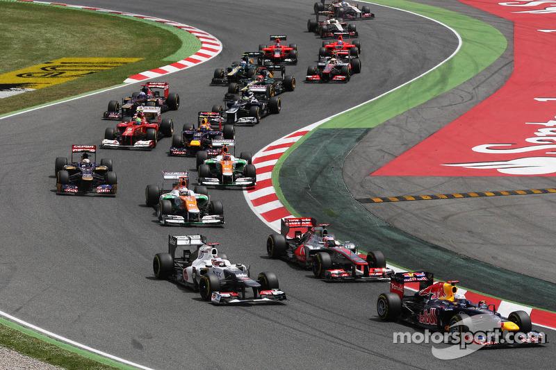 Sebastian Vettel, Red Bull Racing leads Jenson Button, McLaren and Kamui Kobayashi, Sauber at the start of the race