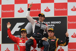 podium and results, 1st place Pastor Maldonado, Williams F1 Team with 2nd place Fernando Alonso, Scu