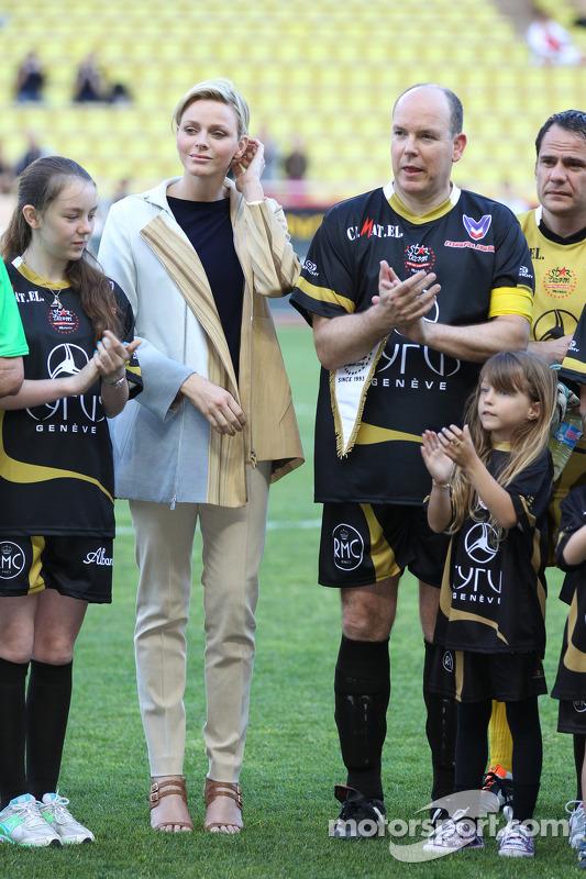 Prinses Charlene van Monaco met HSH Prince Albert van Monaco, tijdens voetbalwedstrijd voor goede do