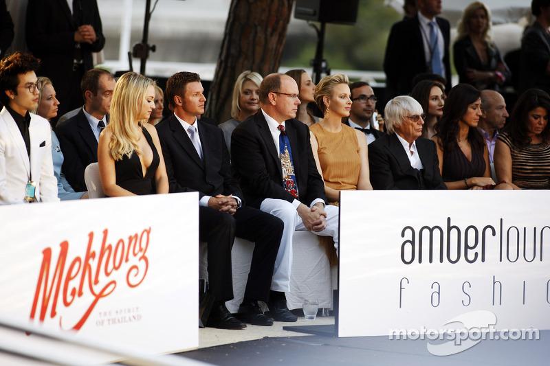 HSH Prins Albert van Monaco, en Prinses Charlene van Monaco met Bernie Ecclestone, CEO Formula One G