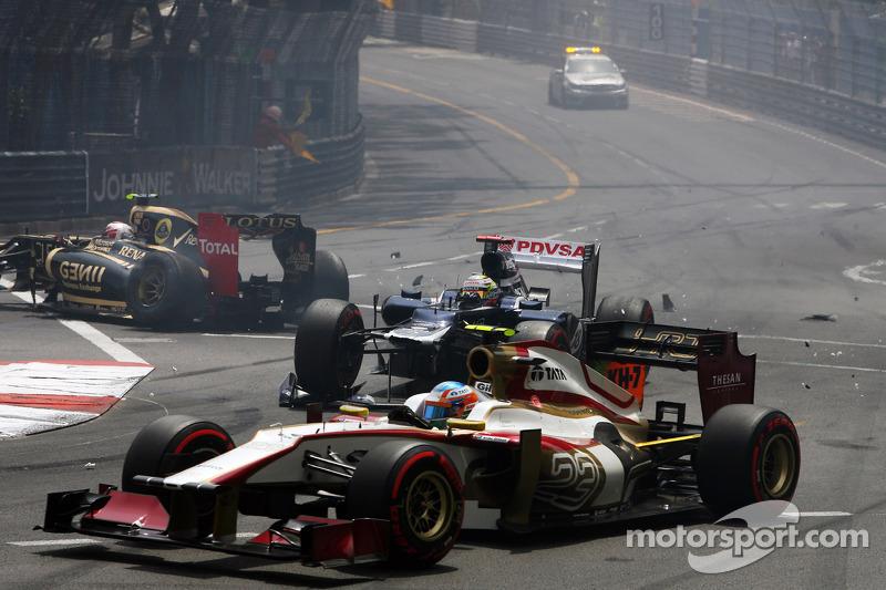 Pastor Maldonado, Williams con ala frontal dañado en el choque al inicio de la carrera