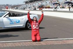 Race winner Dario Franchitti, Target Chip Ganassi Racing Honda kisses the yard of bricks
