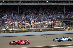 Dario Franchitti, Target Chip Ganassi Racing Honda führt vor Takuma Sato, Rahal Letterman Lanigan Honda