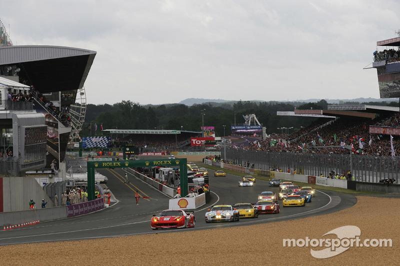GT klasse start #59 Luxury Racing Ferrari F458 Italia: Frederic Makowiecki, Jaime Melo, Dominik Farn