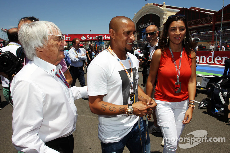 Roberto Carlos, Football Player met Bernie Ecclestone, CEO Formula One Group, en Fabiana Flosi