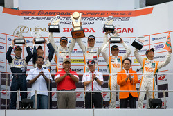 GT300 podium: winners Masami Kageyama and Tomonobu Fujii, second place Kyosuke Mineo and Naoki Yokomizo, third place Hiroki Yoshimoto and Kazuki Hoshino