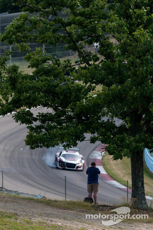 Fan bekijkt #51 Audi op weg naar pits
