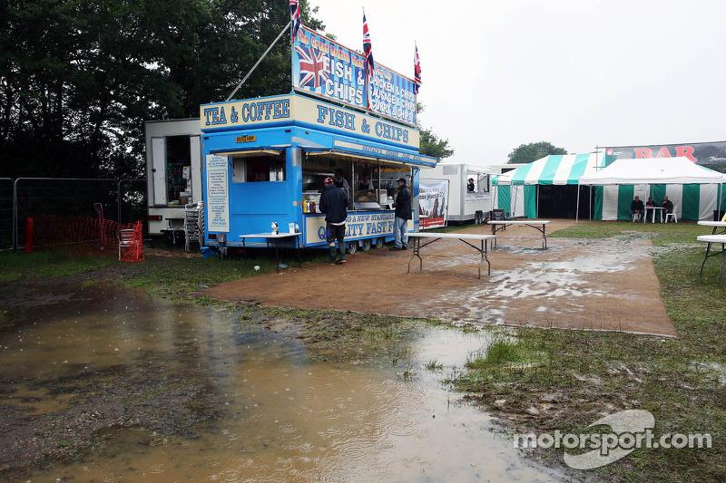 Fans en sfeerbeeld op nat een modderig Silverstone