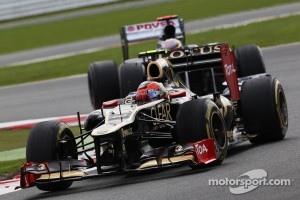 Romain Grosjean, Lotus F1 leads Pastor Maldonado, Williams