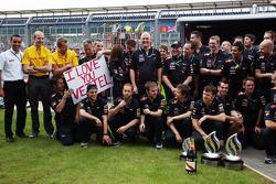 Spandoek Sebastian Vettel, Red Bull Racing bij viering overwinning Mark Webber