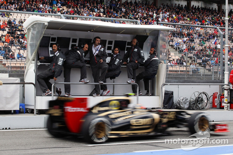Romain Grosjean, Lotus F1 passeert Sauber pits