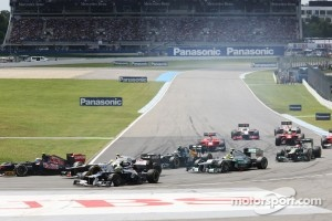 Bruno Senna, Williams runs wide with a puncture at the start of the race
