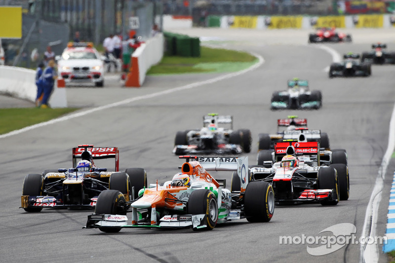 Paul di Resta, de Sahara Force India aventaja a Daniel Ricciardo, de Scuderia Toro Rosso y a Lewis Hamilton, de McLaren