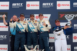 Podium: race winner Yvan Muller, second place Alain Menu, third place Robert Huff, Yokohama Trophy, Michel Nykjaer