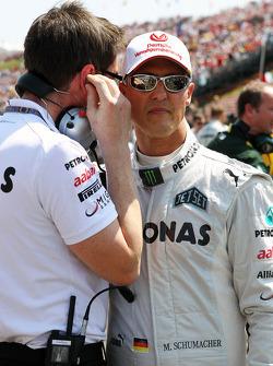 Andrew Shovlin, Mercedes AMG F1 ingenieur en Michael Schumacher, Mercedes AMG F1 op de startgrid