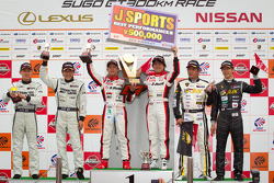 GT300 podium: winners Yuhi Sekiguchi and Katsumasa Chiyo, second place Hironori Takeuchi and Haruki Kurosawa, third place Manabu Orido and Takayuki Aoki