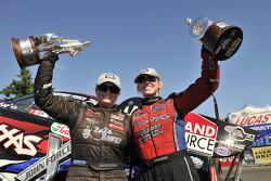 Erica Enders ve Courtney Force zaferlerini kutluyor