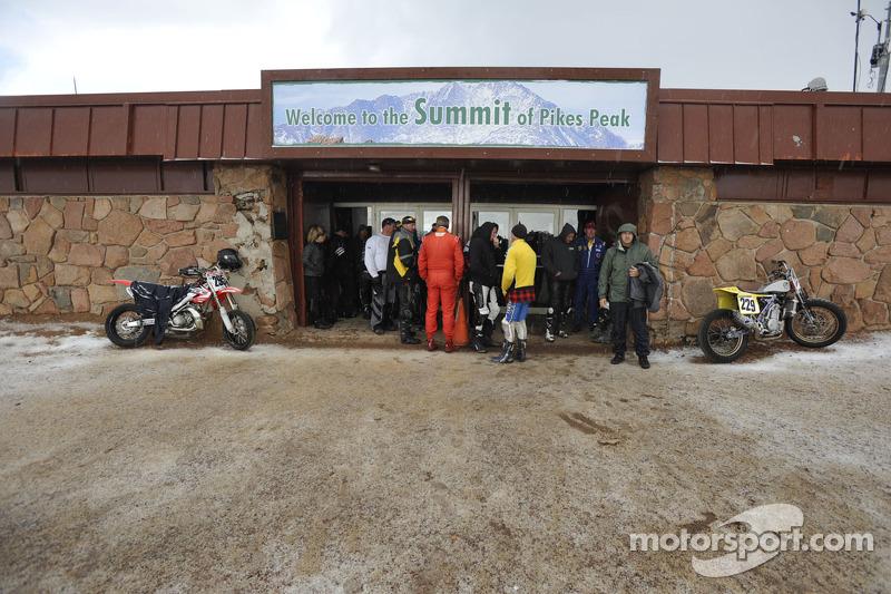 Rijders op de top in de sneeuw