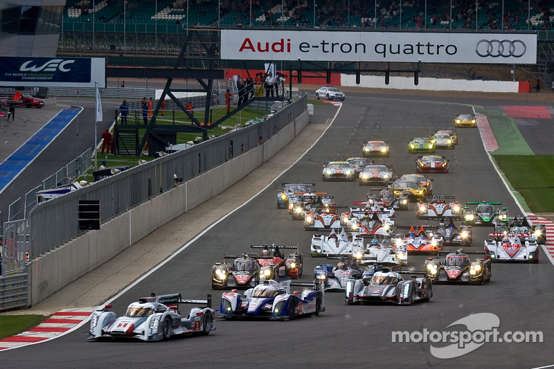 #1 Audi Sport Team Joest Audi R18 e-tron quattro: Andre Lotterer, Benoit Tréluyer, Marcel Fässler leads fro the start