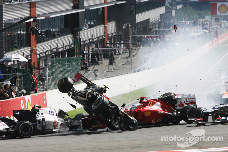 Crash bij de start met o.a. Romain Grosjean, Lotus F1 en Fernando Alonso, Ferrari (2012)
