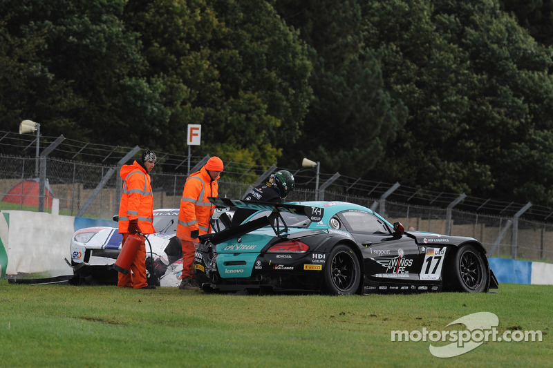 Crash for #17 BMW Team Vita4one BMW Z4 GT3: Mathias Lauda, Nicolaus Mayr-Melnhof