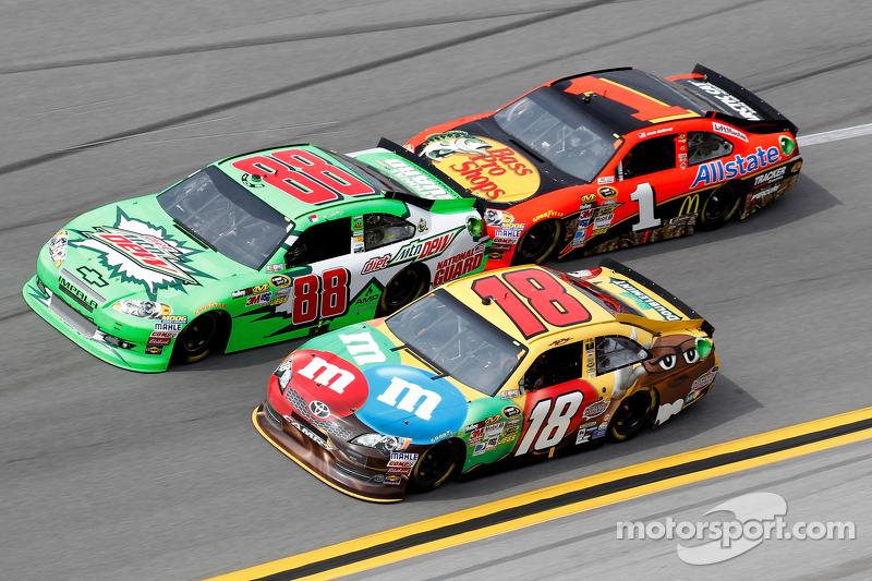 Dale Earnhardt Jr., Hendrick Motorsports Chevrolet, Kyle Busch, Joe Gibbs Racing Toyota, Jamie McMurray, Earnhardt Ganassi Racing Chevrolet