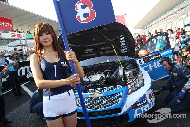 The Grid girl of Alain Menu, Chevrolet Cruze 1.6T, Chevrolet