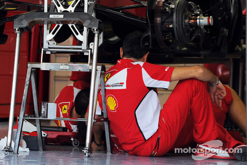 Ferrari F2012 met mecaniciens de pits