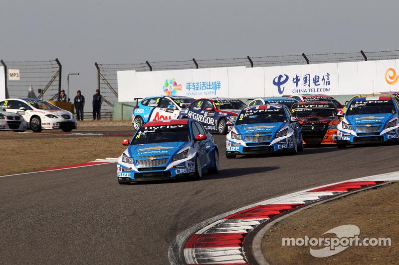 Start of the race, crash between Yvan Muller, Chevrolet Cruze 1.6T, Chevrolet and Norbert Michelisz, BMW 320 TC, Zengˆ Motorsport