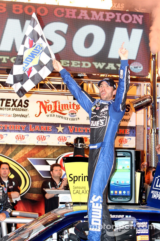 Victory lane: winnaar Jimmie Johnson, Hendrick Motorsports Chevrolet