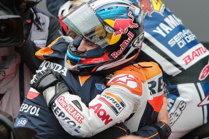 2012. La carrera fue durísima y con unas condiciones muy exigentes, pese a lo cual Dani ganó con mucha diferencia. Al final de la carrera se abraza al que entonces era su mánager, Alberto Puig.