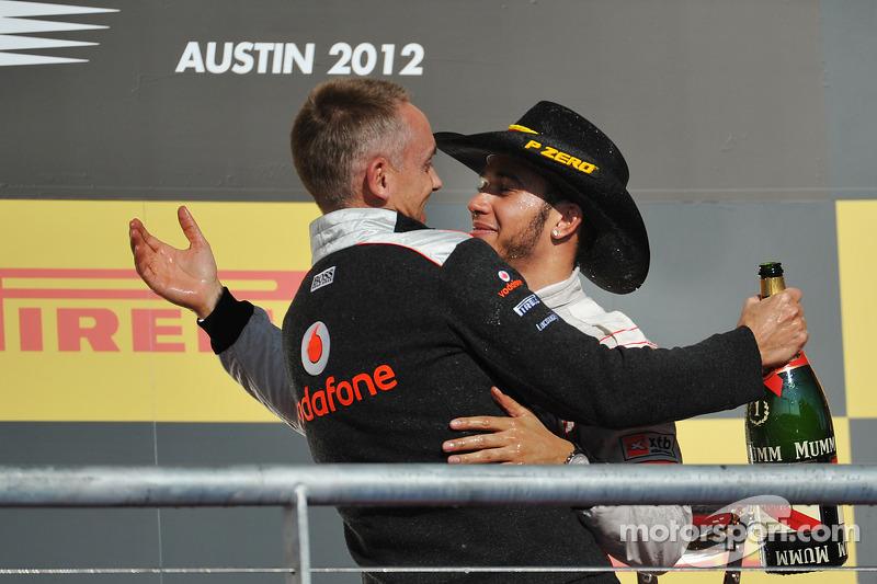 Podium: Lewis Hamilton, McLaren Mercedes, fête sa victoire avec le directeur d'équipe Martin Whitmarsh