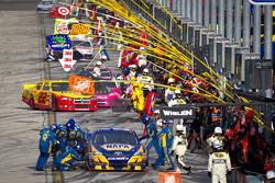 Parada en pits para Martin Truex Jr., Michael Waltrip Racing Toyota