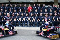 Jean-Eric Vergne, Scuderia Toro Rosso STR7 and team mate Daniel Ricciardo, Scuderia Toro Rosso at a team photograph