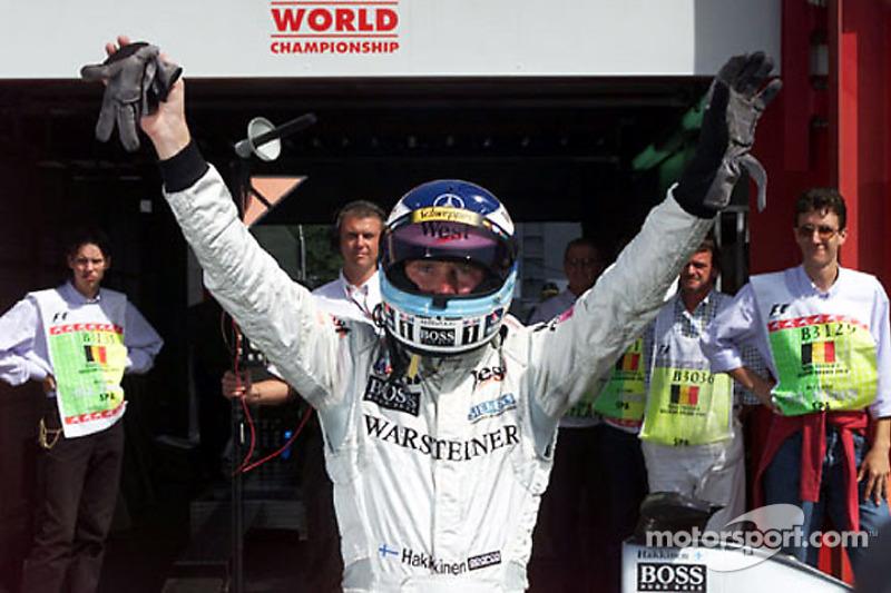 Mika Hakkinen celebra la pole position