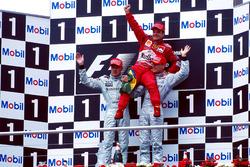 Podium : le vainqueur Rubens Barrichello, Ferrari F1 2000, le second Mika Hakkinen, Mclaren MP4-15, le troisième David Coulthard, Mclaren MP4-15