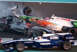 Crash: Michael Schumacher, Mercedes MGP W01; Vitantonio Liuzzi, Force India VJM03