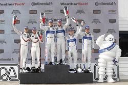 GTLM podium: winnaars Dirk Müller, Joey Hand, Chip Ganassi Racing Ford, tweede Gianmaria Bruni, Laurens Vanthoor, Porsche Team North America, derde Ryan Briscoe, Richard Westbrook, Chip Ganassi Racing Ford
