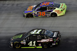 Kurt Busch, Stewart-Haas Racing Ford, David Ragan, Front Row Motorsports Ford