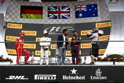 Podio:  il secondo classificato Sebastian Vettel, Ferrari, il vincitore della gara Lewis Hamilton, Mercedes AMG F1, Mark Webber intervista il terzo classificato Daniel Ricciardo, Red Bull Racing