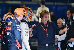 Le poleman Lewis Hamilton, Mercedes AMG F1, Max Verstappen, Red Bull Racing, et Davide Valsecchi, Sky Italia dans le parc fermé