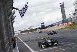 Drapeau à damier pour Lando Norris, Carlin Dallara F317 - Volkswagen