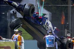 Bergung des Unfallautos von Daniil Kvyat Scuderia Toro Rosso STR12