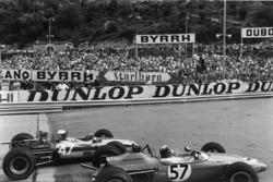 Natalie Goodwin, Brabham BT21-Ford dépasse Francois Mazet, Tecno 69 - Ford