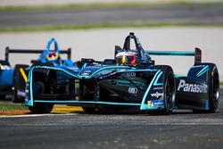 Mitch Evans, Panasonic Jaguar Racing leads Sebastien Buemi, Renault e.Dams