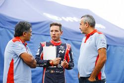 Штурман Hyundai Motorsport Николя Жильсуль, руководитель команды Мишель Нандан и менеджер Ален Пенасс