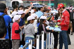 Antonio Giovinazzi, Ferrari firma de autógrafos para los fans