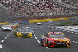 Мэтт Кенсет, Joe Gibbs Racing Toyota и Брэд Кеселовски, Team Penske Ford