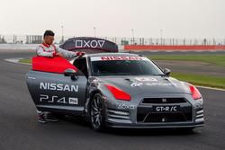 Dünyanın ilk oyun konsolu ile kontrol edilen Nissan GT-R'ı ve Jann Mardenborough